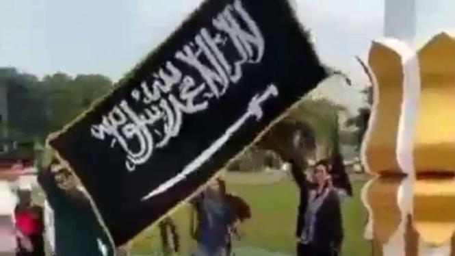Viral pengibaran bendera hitam berkalimat tauhid di DPRD Poso.