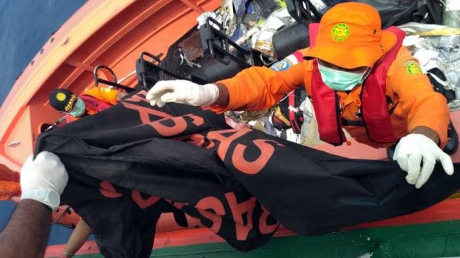 Petugas Basarnas menemukan korban penumpang dari pesawat Lion Air JT610 di Tanjung, Karawang, Jawa Barat, 29 Oktober 2018.