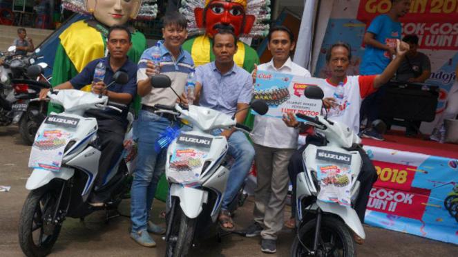 Tiga orang pemenang hadiah motor Suzuki Nex II dari Air Mineral Club