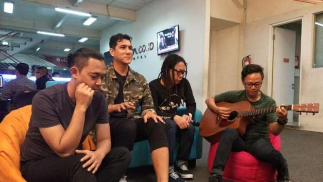 Band Naff ke kantor VIVA