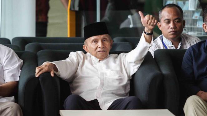 Ketua Dewan Kehormatan Partai Amanat Nasional (PAN) Amien Rais (tengah) mengacungkan ibu jari sebelum menemui Pimpinan Komisi Pemberantasan Korupsi (KPK) di gedung KPK, Jakarta