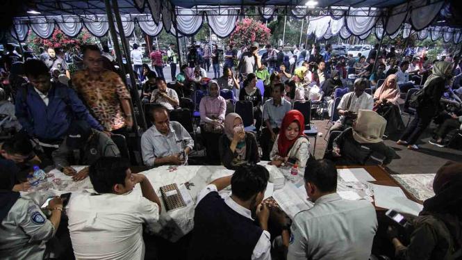 Petugas melakukan pendataan terhadap keluarga korban jatuhnya pesawat Lion Air JT-610 rute Jakarta-Pangkalpinang di Bandara Halim Perdanakusuma, Jakarta.