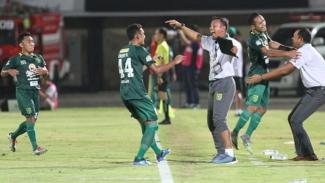 Pemain Persebaya merayakan gol