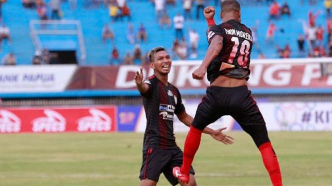 Pemain Persipura melakukan selebrasi gol.