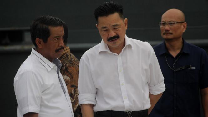 Direktur Utama Edward Sirait (kiri) dan Pendiri Lion Air, Rusdi Kirana (tengah), saat meninjau puing pesawat Lion Air JT 610 rute Jakarta-Pangkalpinang yang jatuh di Tanjung Pakis, Karawang, Jawa Barat, Senin pagi, 29 Oktober 2018.