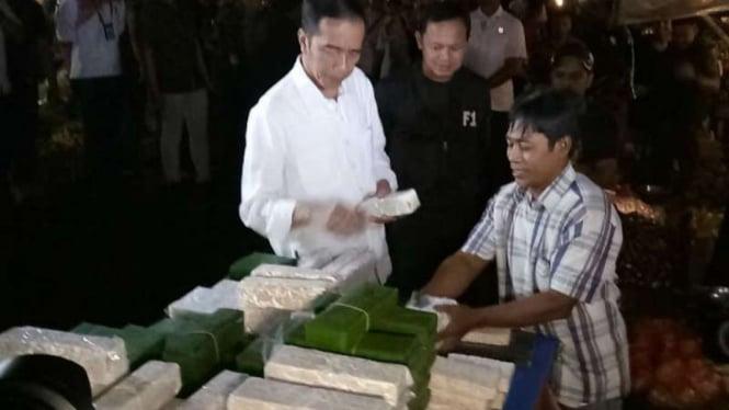 Presiden Jokowi memborong tempe di pasar tradisional di Bogor, 30 Oktober 2018.