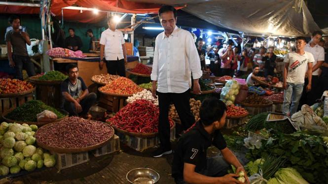 Presiden Joko Widodo berjalan diantara barang dagangan yang dijual saat memantau kebutuhan bahan pokok di Pasar Surya Kencana, Bogor, Jawa Barat, Selasa, 30 Oktober 2018.