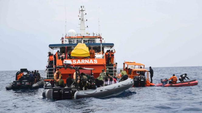 Sejumlah kapal melakukan pencarian korban jatuhnya pesawat Lion Air JT 610 di Perairan Tanjung Pakis, Karawang, Jawa Barat
