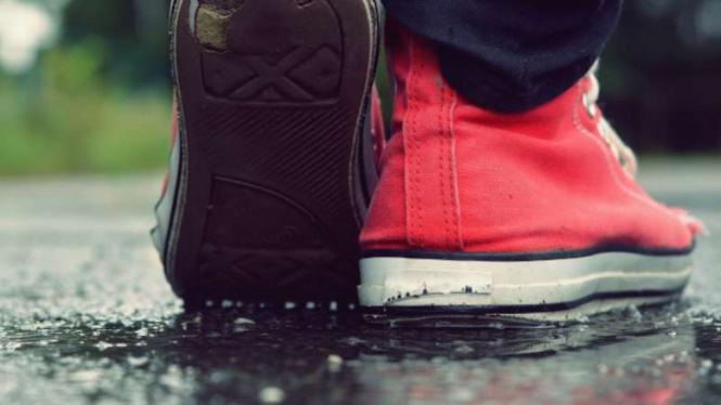 Ilustrasi sepatu basah dan hujan