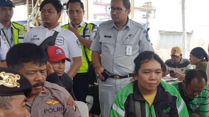 Anastasia, pengemudi ojek online mengaku melihat Lion Air terbang miring.