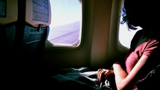 https://thumb.viva.co.id/media/frontend/thumbs3/2018/11/02/5bdbf6ef79617-ilustrasi-pesawat-traveling_325_183.jpg