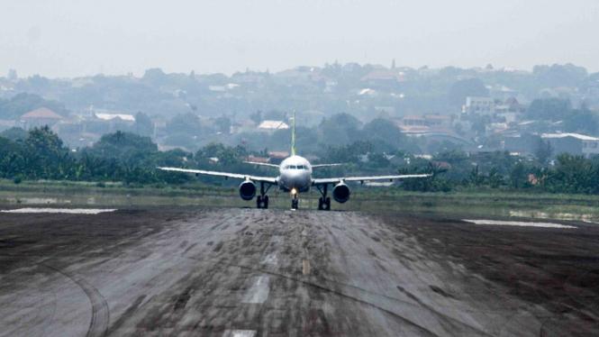 sorot penerbangan - pesawat - bandara