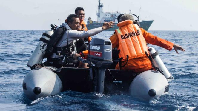 Tim SAR gabungan menggunakan perahu karet mencari Lion Air JT 610 di perairan Karawang, Jawa Barat.