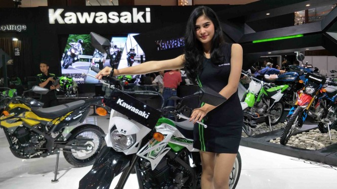 SPG di ajang Indonesia Motorcycle Show (IMOS) 2018