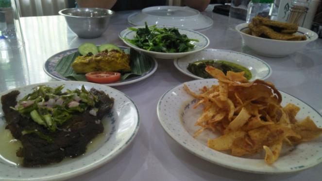 Aneka hidangan di Pondok Patin H. M. Yunus, Pekanbaru.