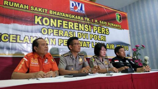 Kepala Bidang Operasi Tim DVI Polri Komisaris Besar Polisi Lisda Cancer (kedua dari kanan) mengumumkan hasil identifikasi jenazah korban kecelakaan Lion Air JT-610 di Jakarta.