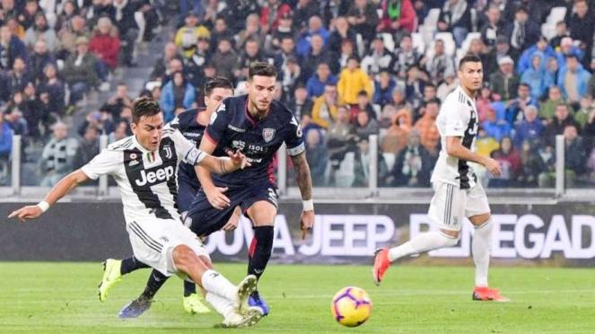 Bintang Juventus, Paulo Dybala (kiri), mencetak gol ke gawang Cagliari