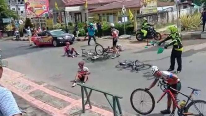 Tabrakan beruntun di ajang Tour de Singkarak 2018.