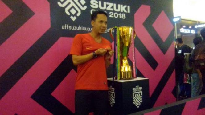 Berfoto Dengan Trofi Piala Aff, Suporter Doakan Timnas Juara