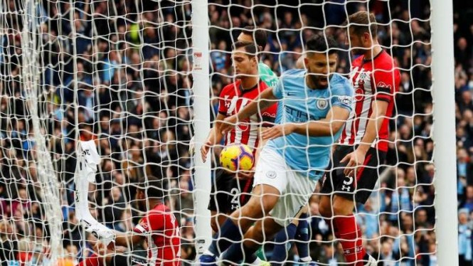 Penyerang Manchester City, Sergio Aguero, mencetak gol ke gawang Southampton