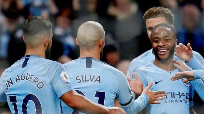 Para pemain Manchester City merayakan gol Raheem Sterling (kanan)