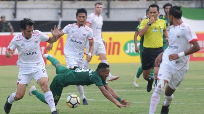 Pertandingan Persebaya Surabaya melawan Persija Jakarta di ajang Liga 1