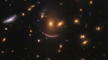 Teleskop hubble temukan wajah tersenyum di antara bintang bintang
