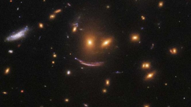 Teleskop Hubble Temukan Wajah Tersenyun Di Antara Bintang-bintang
