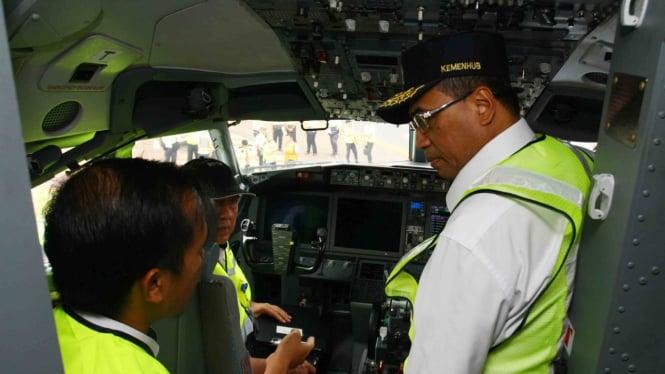 Menteri Perhubungan Budi Karya Sumadi (kanan) berbincang dengan petugas inspektorat Kemenhub yang sedang memeriksa ruang kemudi pilot saat melakukan sidak kelaikan terbang pesawat Lion Air jenis Boing 737 Max 8 yang akan terbang dibandara Soekarno Hatta,
