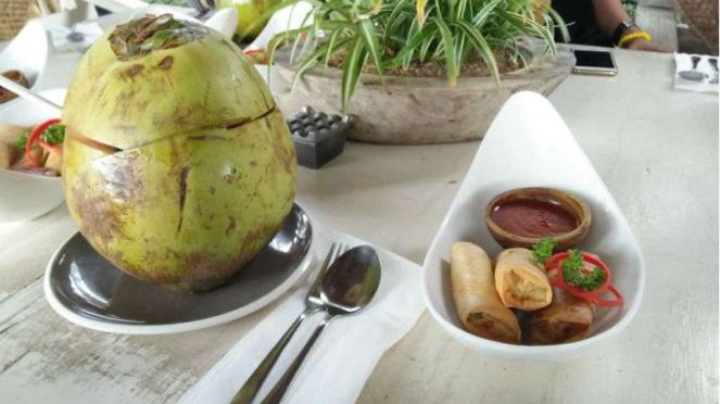 Hidangan pembuka dan sajian minuman air kepala murni di Nook Bali