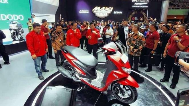 Presiden Jokowi saat melihat-lihat Yamaha FreeGo.
