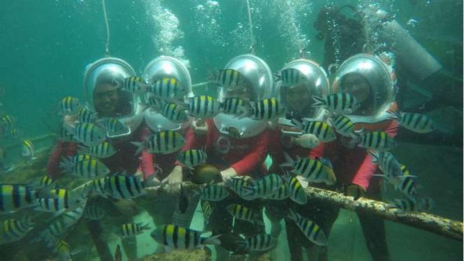 Aktivitas ocean walker para turis lokal di Bali