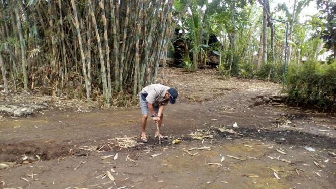 Rekahan tanah di Desa Danareja, Kabupaten Banjarnegara, Jawa Tengah