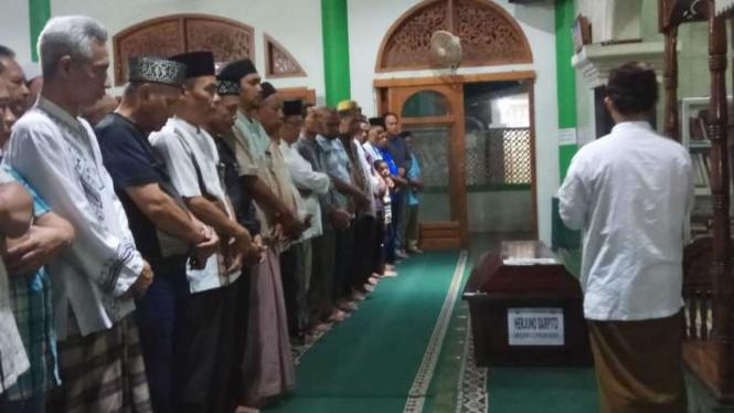 Jenazah Herjuno Darpito (47 tahun), satu di antara 44 jasad teridentifikasi korban kecelakaan Lion Air JT-610, disalatkan di sebuah masjid di dekat rumah duka di Tangerang, Banten, pada Selasa malam, 6 November 2018.