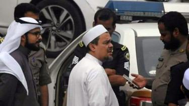Habib Muhammad Rizieq Syihab bersama sejumlah aparat di Arab Saudi.
