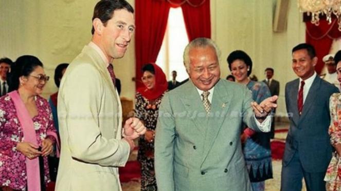 Presiden Soeharto menyambut kedatangan Prince Charles
