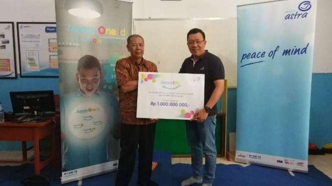 Gunawan Salim (kanan) serahkan bantuan untuk guru SDN Keputih 245 Surabaya