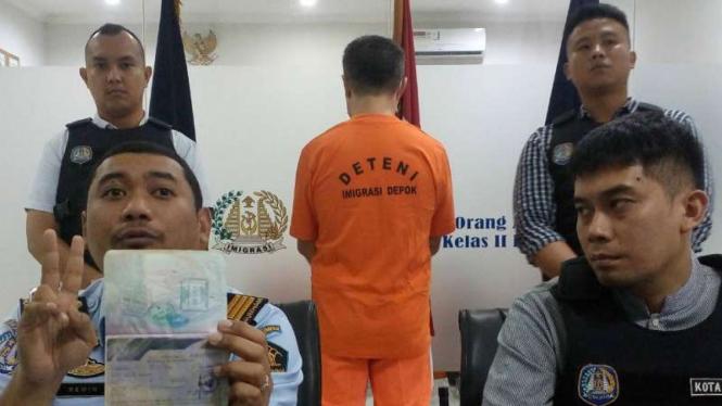 Pria bule penipu warga Depok ditangkap polisi.