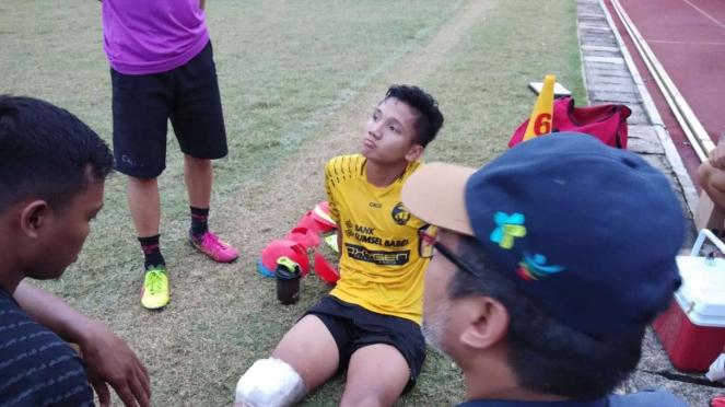 Gelandang Sriwijaya FC, Syahrian Abimanyu (tengah)
