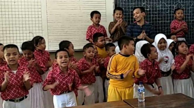 VIVA diberi tantangan Asuransi Astra mengajar anak SD Keputih 245 Surabaya