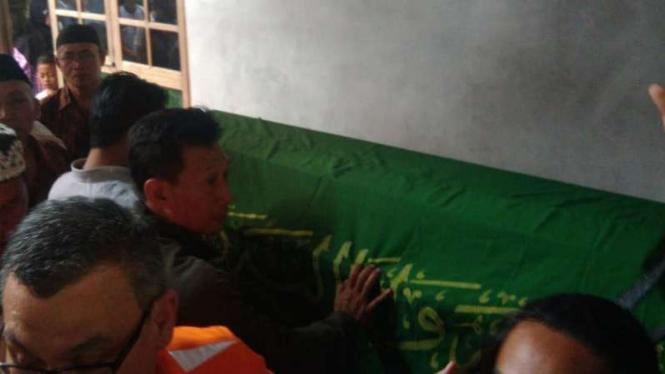 Jenazah Herjuno Darpito, satu di antara ratusan korban kecelakaan pesawat Lion Air JT-610, dipulangkan ke kampung halamannya di Kabupaten Gunungkidul, DI Yogyakarta, pada Rabu malam, 7 November 2018.