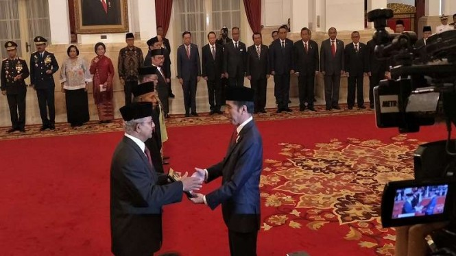 Presiden Jokowi menyerahkan anugerah pahlawan nasional 2018