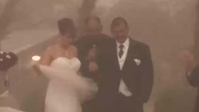 Menikah di tengah badai.