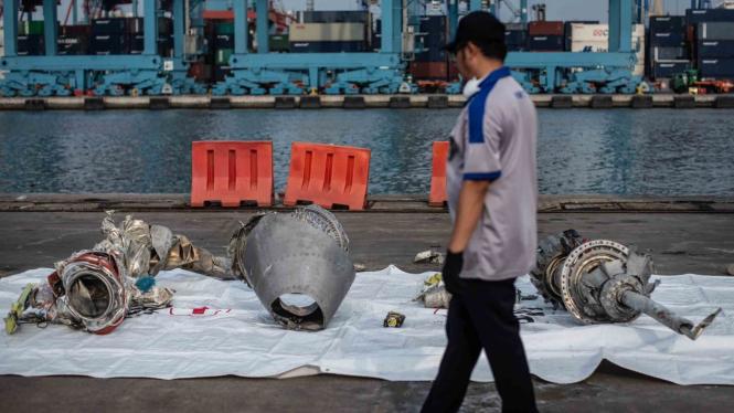Petugas memeriksa turbin pesawat Lion Air JT 610 di Pelabuhan Tanjung Priok, Jakarta