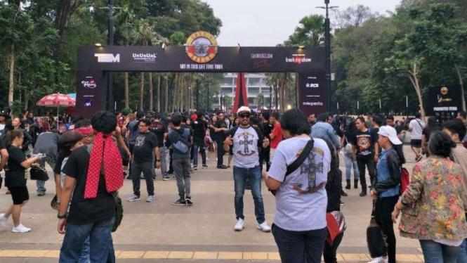 penonton konser Guns N'Roses