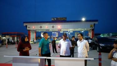 Menteri PUPR Basuki Hadimuljono di gerbang tol Tegal ruas Pejagan-Pemalang.