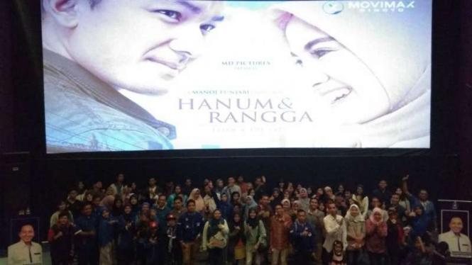 Para kader PAN nonton bareng film Hanum dan Rangga di Malang, Jawa Timur, pada Kamis malam, 8 November 2018.