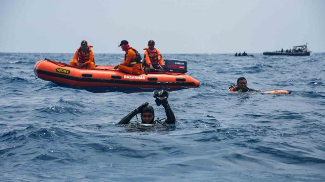 Tim Basarnas Special Group (BSG) melakukan penyelaman untuk mencari puing dan jenazah korban kecelakaan pesawat Lion Air JT 610 di perairan Karawang, Jawa Barat