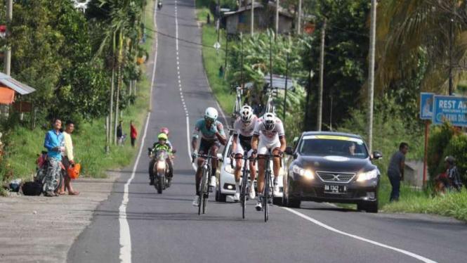 Pembalap Tour de Singkarak saling kejar di tanjakan Kota Solok.