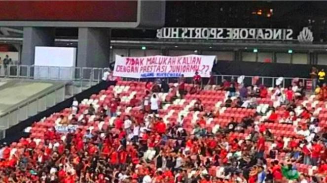 Spanduk suporter timnas Indonesia di Stadion Nasional Singapura